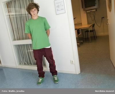 ed8fc76828f7 Dokumentation av ungdomsmode i Täby enskilda gymnasium hösten 2009. Robin  Enqvist i grön t-