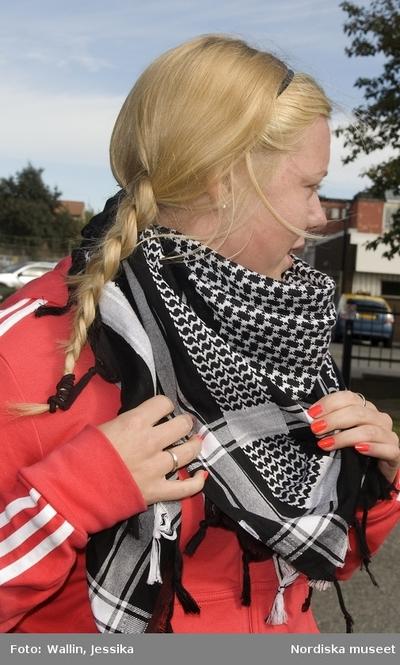 6c091f3c4016 Dokumentation av ungdomsmode i Täby enskilda gymnasium hösten 2009. Anna  Frånberg Ågren klädd i röd