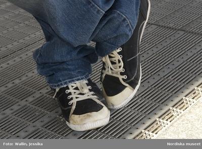 15b90cd4d233 Dokumentation av ungdomsmode i Täby enskilda gymnasium hösten 2009. Jeans  och gympaskor.