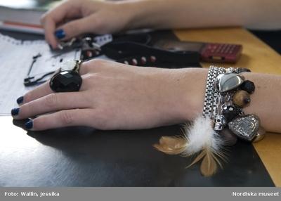 bb751d0ea7e3 Dokumentation av ungdomsmode i Täby enskilda gymnasium hösten 2009. Armband  med pärlor, berlocker och