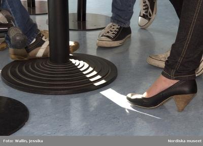 67426cab01d2 Dokumentation av ungdomsmode i Täby enskilda gymnasium hösten 2009.  Converse-skor, klackskor och