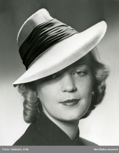 Portätt av en kvinna med hatt.