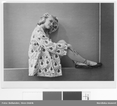 Modell i mönstrad jacka och ballerinaskor.
