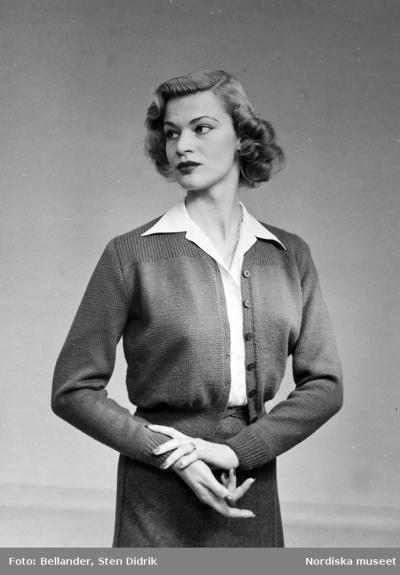 Modell i kofta, kjol och blus.