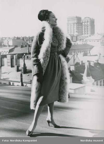 Modell i kappa med pälsboa från Jacques Heim 244ba82da21a5
