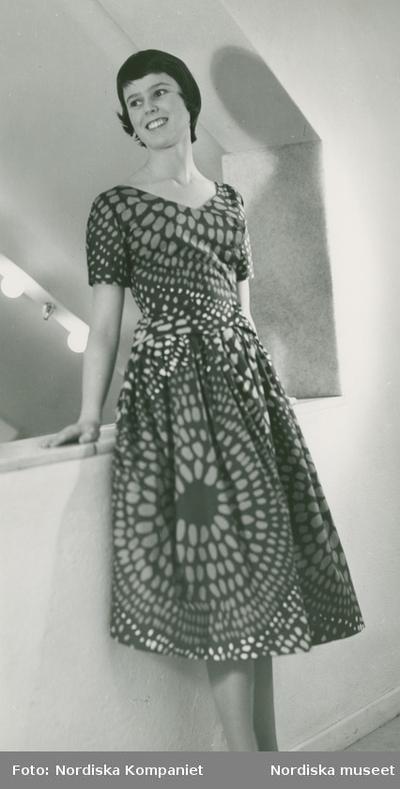 07f76b41230d Modell i mönstrad klänning från Viola Gråsten.