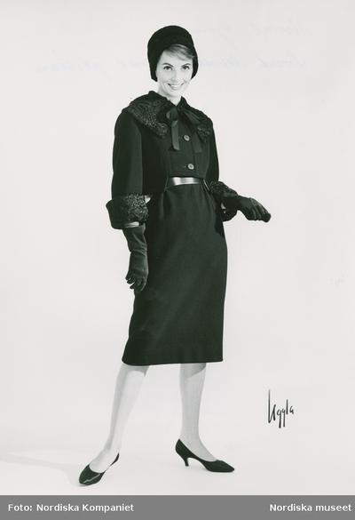 Modell i jacka och kjol i svart duvetine med päls 13c1d1735bb0a