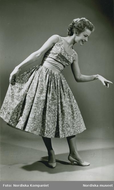 697d775dd40d Modell i mönstrad klänning, handskar och pumps. IMAGE Stiftelsen Nordiska  museet, Europeana