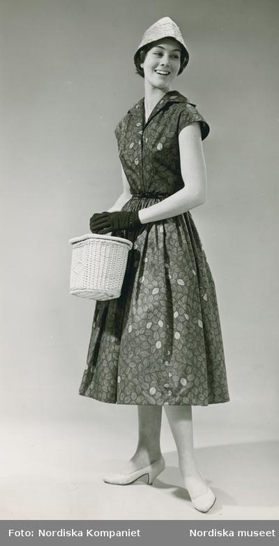 881746171cc5 Modell i klänning i tyg av Viola Gråsten, special för Nordiska Kompaniet.  Stråhatt, korg, handskar och pumps. IMAGE Stiftelsen Nordiska museet,  Europeana