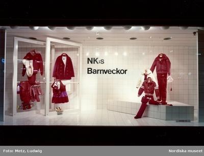c6f0b5a4783 Skyltfönster på Nordiska Kompaniet. NK:s barnveckor. Barnkläder- jackor,  byxor och