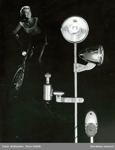 Kvinna på cykel bakom studiobelysning.