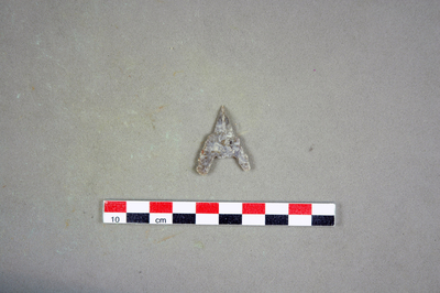 Pointe de flèche denticulée, base concave