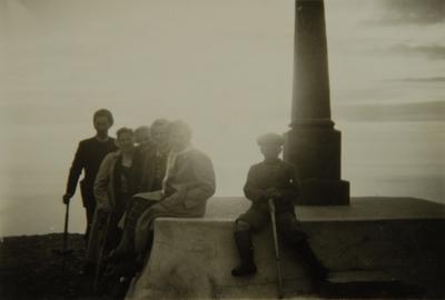 Familiegruppe foran et minnesmerke