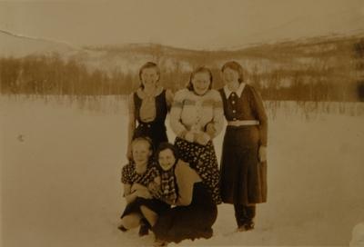 Fem kvinner i landskap