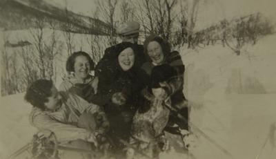 Mann og fire kvinner på skitur