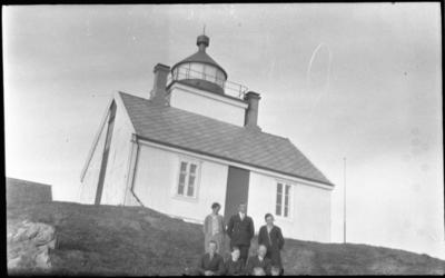 Gruppebilde foran Grytøy fyrstasjon