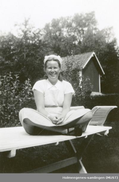 En ung kvinne på et hagebord
