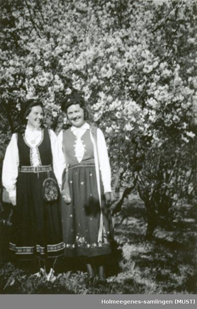 To bunadskledte kvinner med studenterluer