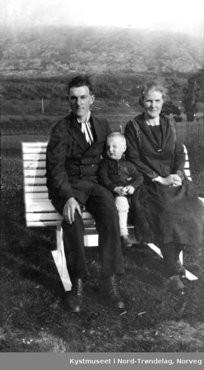 Omnia Einar Og Karen Ofstad Med Sønnen Johan Ofstad
