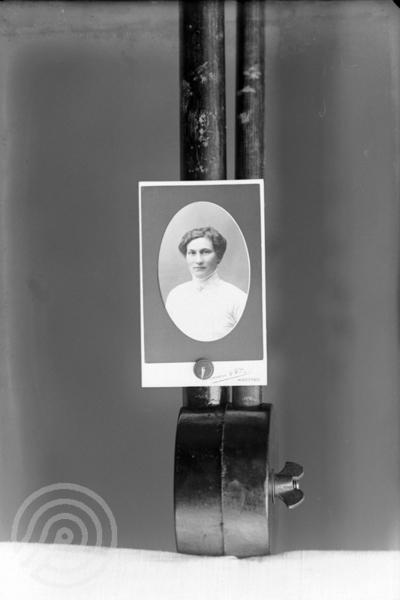 c4fa3bf4 Reproduksjon av portrett av en kvinne i halvfigur