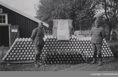 Foresggjort granatstabel med to tyske soldater