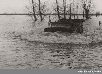 Militært kjøretoy på dypt vann