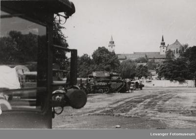Stridsvogner og militære kjøretøy foran Akershus festning