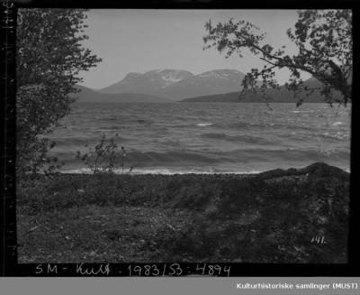 Fotografiet er tatt fra en strand ved Rostavatn i Troms