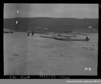Samer ved elvebåtene på stranden i Karasjok
