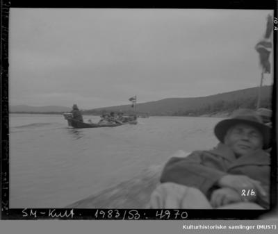 Tre elvebåter på Karasjokka med passasjerer ombord
