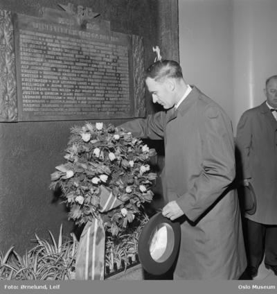 Bekransning av minnetavle over krigens ofre, Østbanestasjonen.