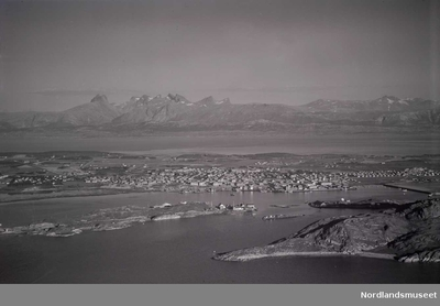 Flyfoto over Bodø med Saltenfjorden i bakgrunnen
