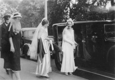 To festkledte damer på vei inn i en bil