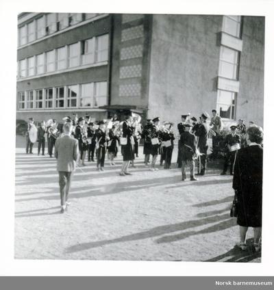 Skolemusikken spiller i Kvaleberg skolegård.