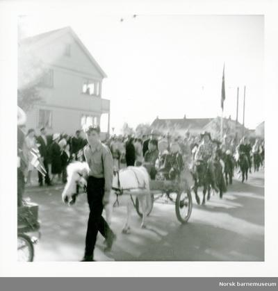 Opptog med hester i toget, i Hillevåg
