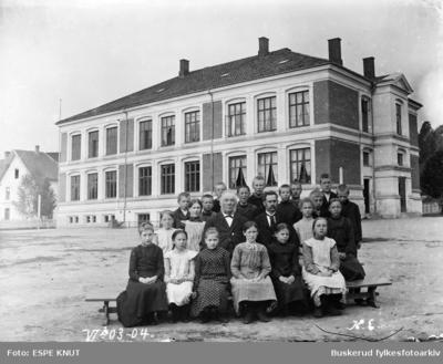 KLASSEBILDE UTENFOR Hønefoss folkeskole