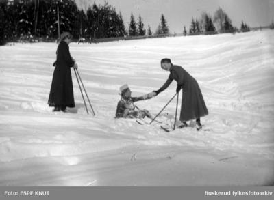 tre jenter på ski