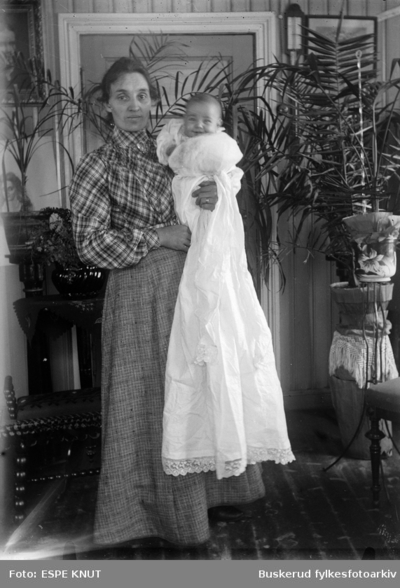 Fru Espe med dåpsbarn