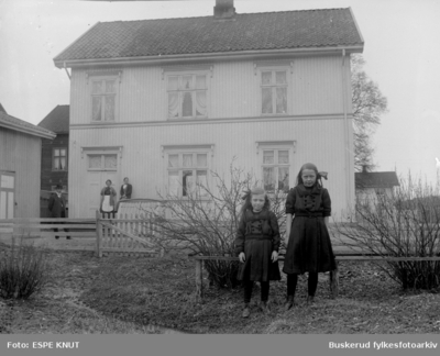 et godt familiebilde uten for huset i Hønengaten i Hønefoss