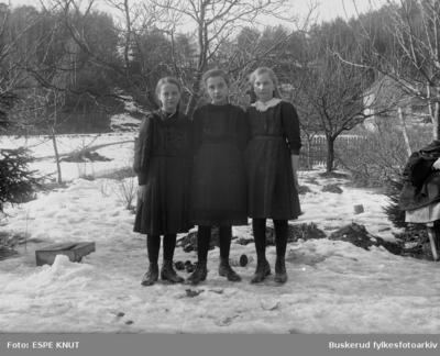 gruppe med tre unge piker