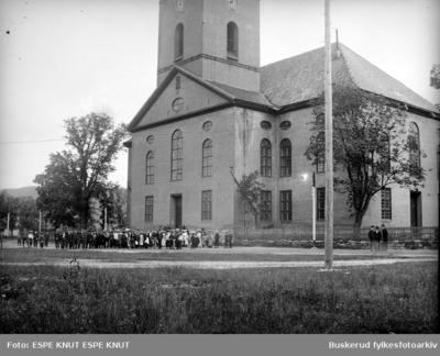 Skoletur med elever fra Hønefoss folkeskole i 1907 fotografert foran Kongsberg kirke på kirketorget