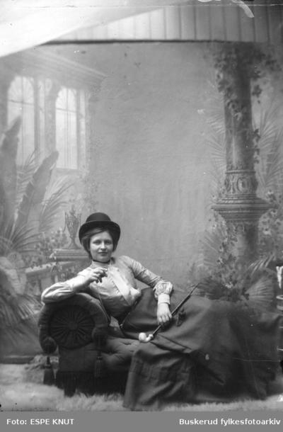 Studioportrett av en kvinne
