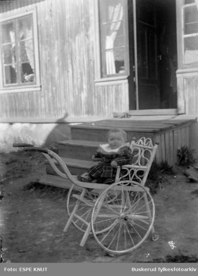 Lite barn i barnevogn eller rullestol