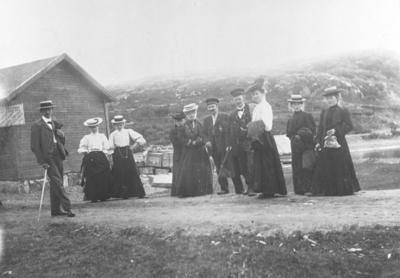Gruppebilde av 3 menn og 7 damer trolig i Syltefjord