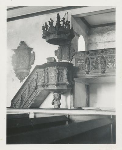 Interiørbilde av preikestol og ei minnetavle i Borgund kirke før brannen 1904
