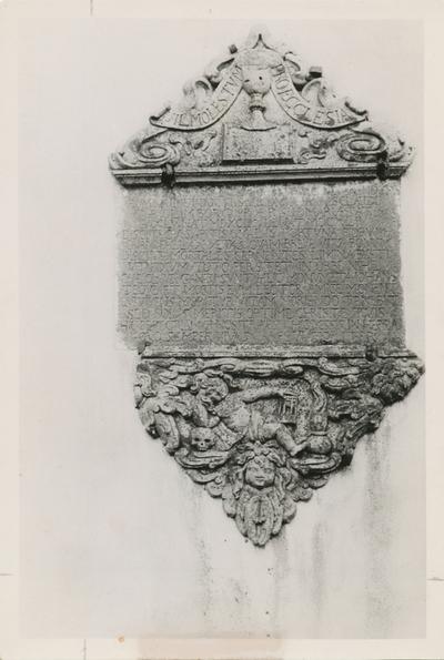 Motiv av et epitafium over sokneprest Hans Gaas (1599-1644) i Borgund kirke før brannen 1904