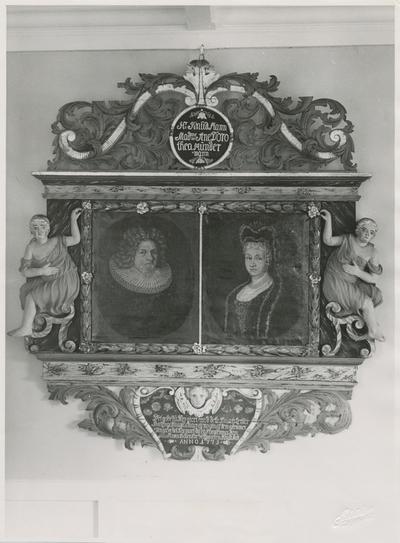 Motiv av et epitafium over presten Knud Knudsen Mann og Anna Dorothea Mundermann som henger i Reknes Hospital