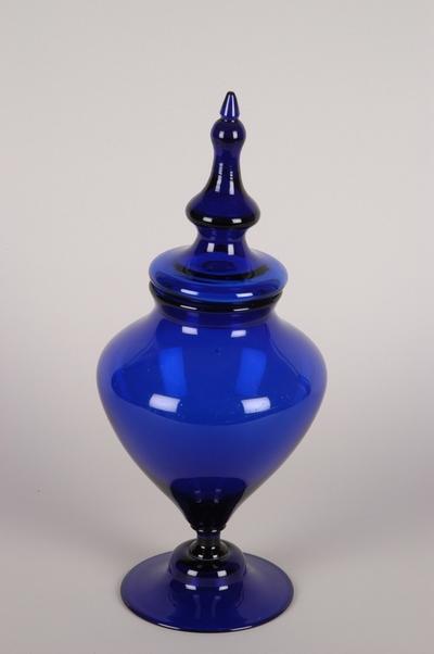 Urneformet potpourrikrukke med lokk i koboltfarget glass