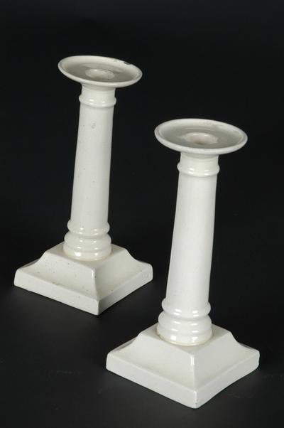 To lysestaker i engelsk creamware