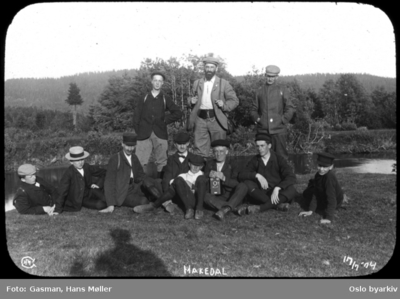 En gruppe menn poserer for fotografen på Hakadal verk